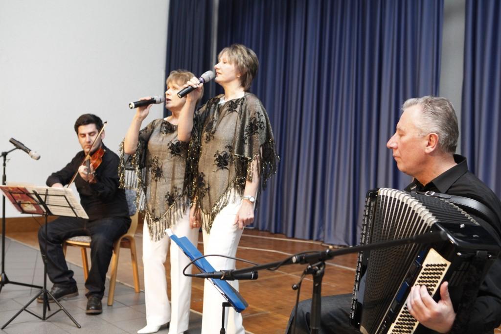 Tina Wedel en Ella Deppe moake jemeensame Sach mette Musika Garry en Alexander Hochhalter.