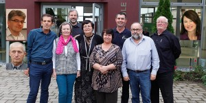 Dee Veastaund (v.l.n.r.): Peter Wiens, Anatoli Dück (u.), Horst Martens, Dr. Katharina Neufeld, Heinrich Siemens, Agnes Gossen, Tatjana Klassner, Viktor Sawatzky, Eduard Thun und Franz Thiessen.