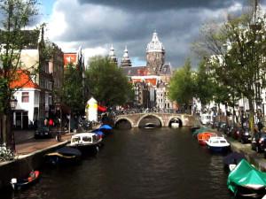 Derche Grachte von Amsterdam woa wie eene Scheppsfoaht moake. Foto: Johann-Peter Wiebe.